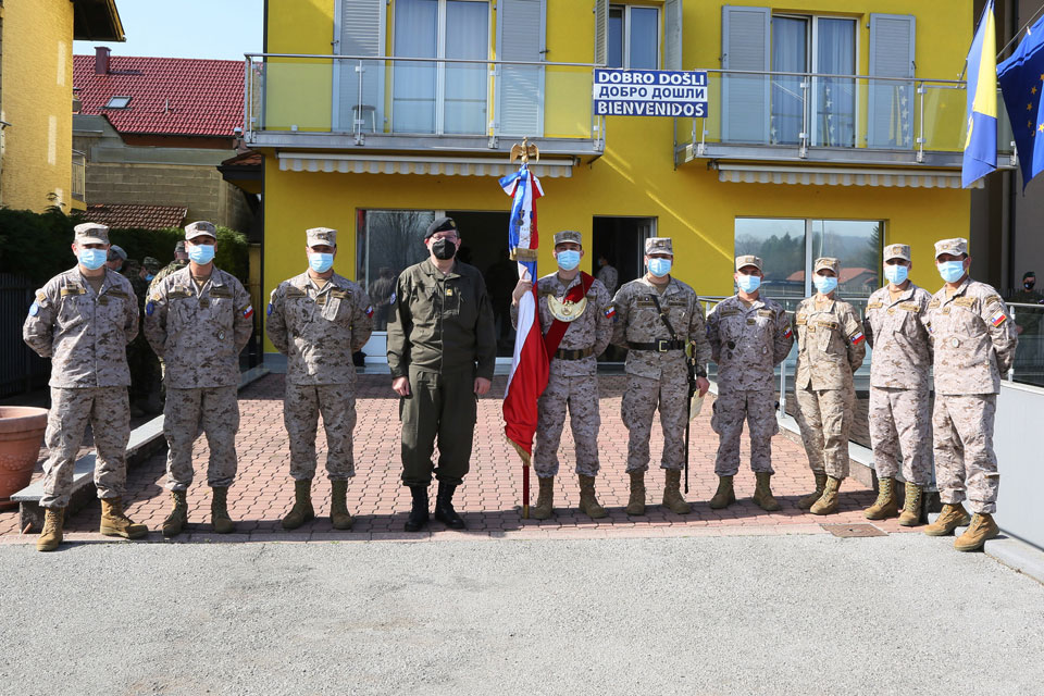 COMEFUOR Major General Platzer stands with Chilean soldiers from LOT Banja Luka.